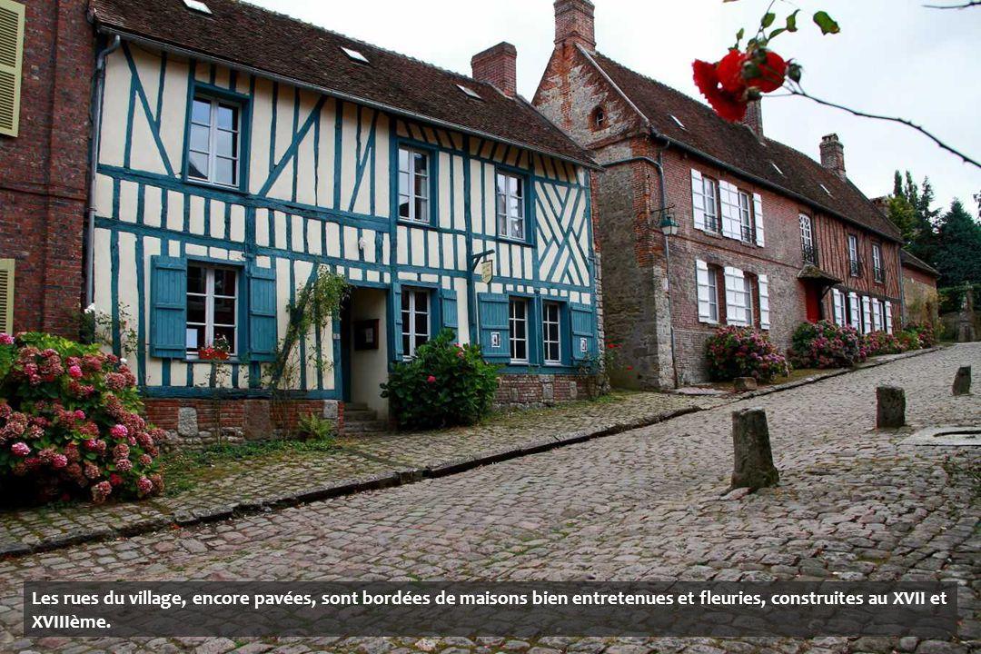 Les rues du village, encore pavées, sont bordées de maisons bien entretenues et fleuries, construites au XVII et XVIIIème.