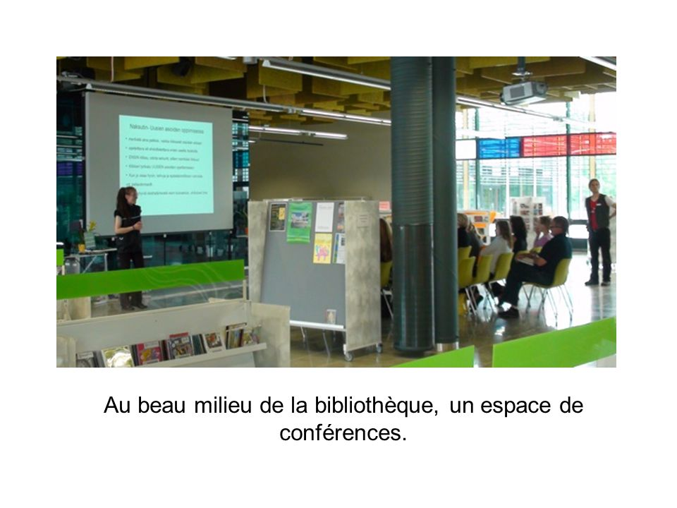 Au beau milieu de la bibliothèque, un espace de conférences.
