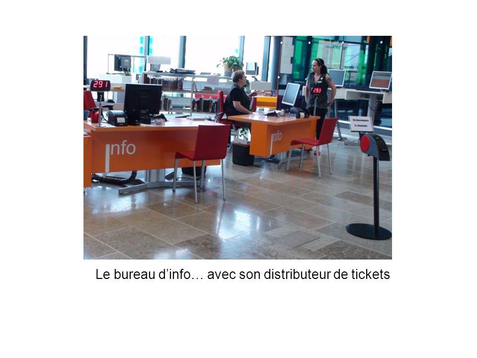 Le bureau d'info… avec son distributeur de tickets