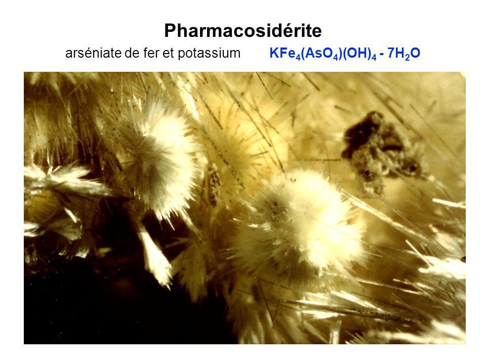 Pharmacosidérite arséniate de fer et potassium KFe4(AsO4)(OH)4 - 7H2O