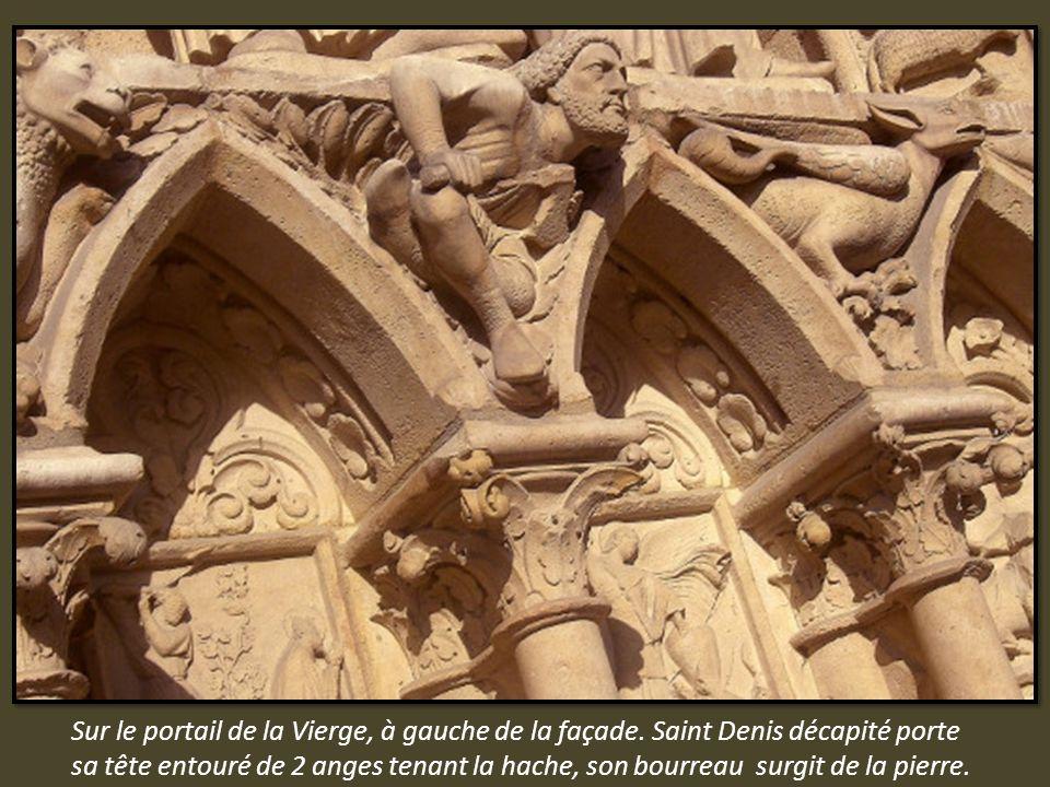Sur le portail de la Vierge, à gauche de la façade