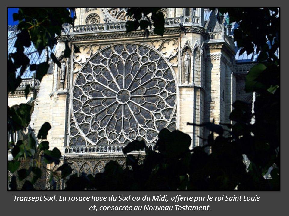 Transept Sud. La rosace Rose du Sud ou du Midi, offerte par le roi Saint Louis
