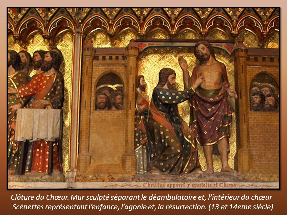 Clôture du Chœur. Mur sculpté séparant le déambulatoire et, l'intérieur du chœur