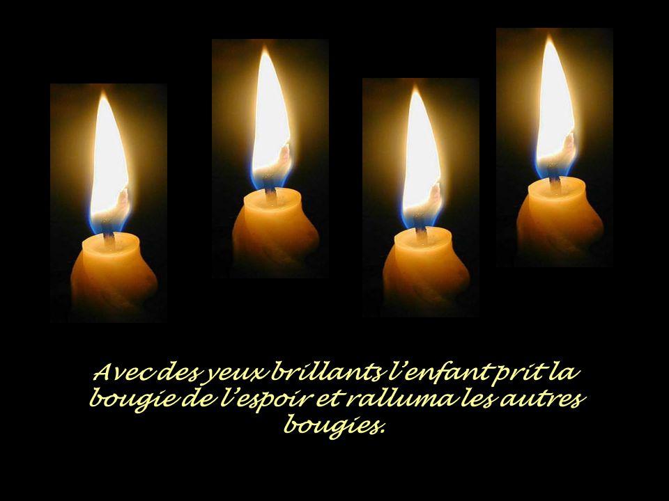 Avec des yeux brillants l'enfant prit la bougie de l'espoir et ralluma les autres bougies.