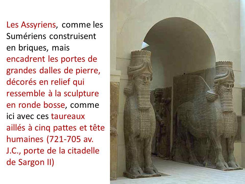 Les Assyriens, comme les Sumériens construisent en briques, mais encadrent les portes de grandes dalles de pierre, décorés en relief qui ressemble à la sculpture en ronde bosse, comme ici avec ces taureaux aillés à cinq pattes et tête humaines (721-705 av. J.C., porte de la citadelle de Sargon II)