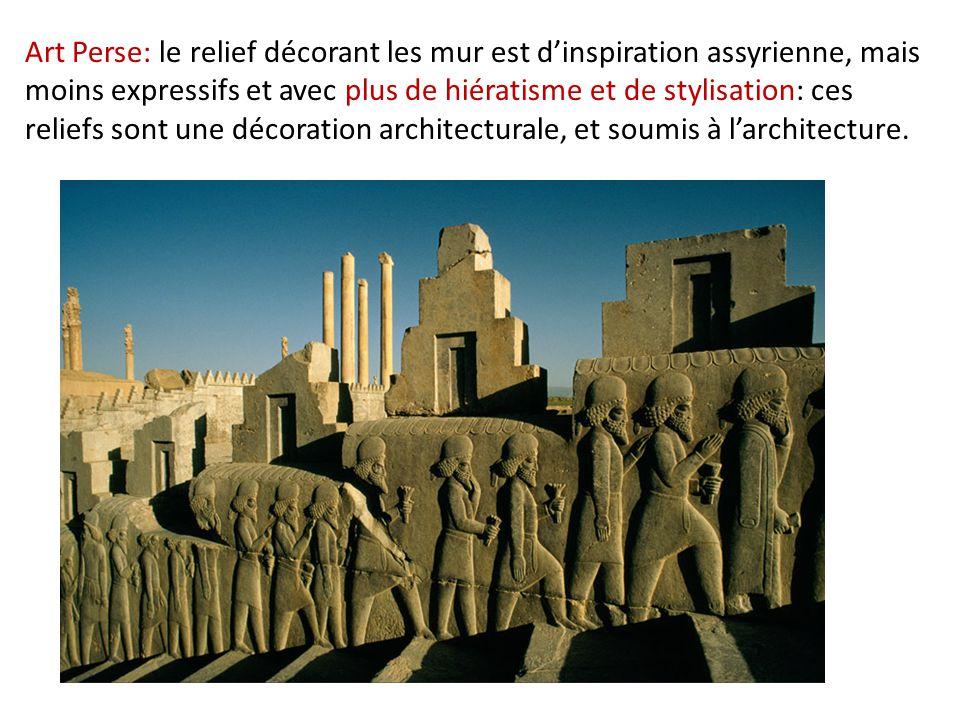 Art Perse: le relief décorant les mur est d'inspiration assyrienne, mais moins expressifs et avec plus de hiératisme et de stylisation: ces reliefs sont une décoration architecturale, et soumis à l'architecture.