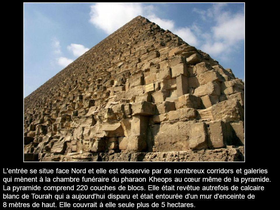 L entrée se situe face Nord et elle est desservie par de nombreux corridors et galeries qui mènent à la chambre funéraire du pharaon Kheops au cœur même de la pyramide.