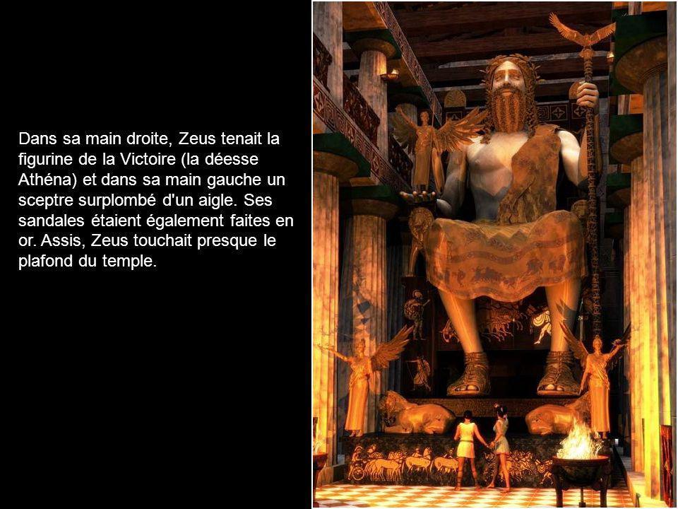 Dans sa main droite, Zeus tenait la figurine de la Victoire (la déesse Athéna) et dans sa main gauche un sceptre surplombé d un aigle.