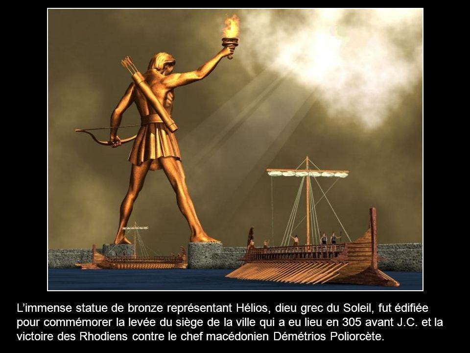 L'immense statue de bronze représentant Hélios, dieu grec du Soleil, fut édifiée pour commémorer la levée du siège de la ville qui a eu lieu en 305 avant J.C.