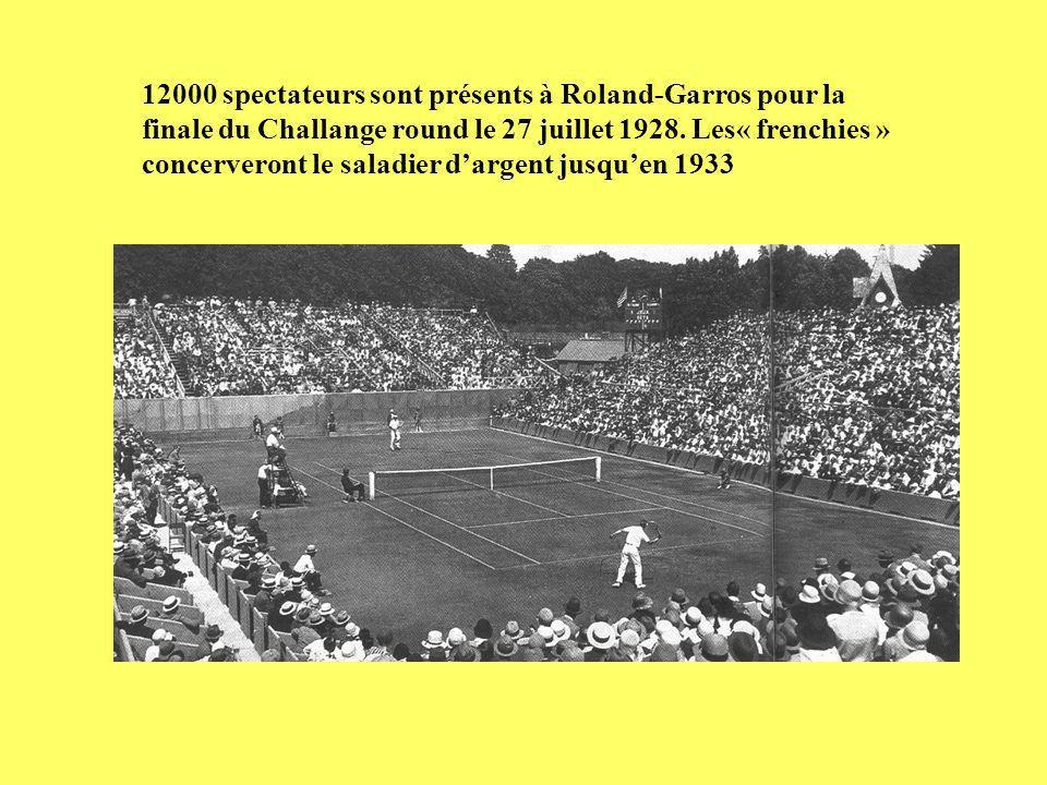 12000 spectateurs sont présents à Roland-Garros pour la finale du Challange round le 27 juillet 1928.