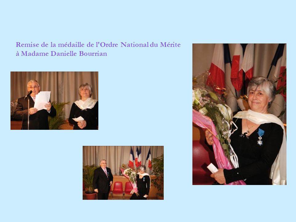 Remise de la médaille de l Ordre National du Mérite à Madame Danielle Bourrian