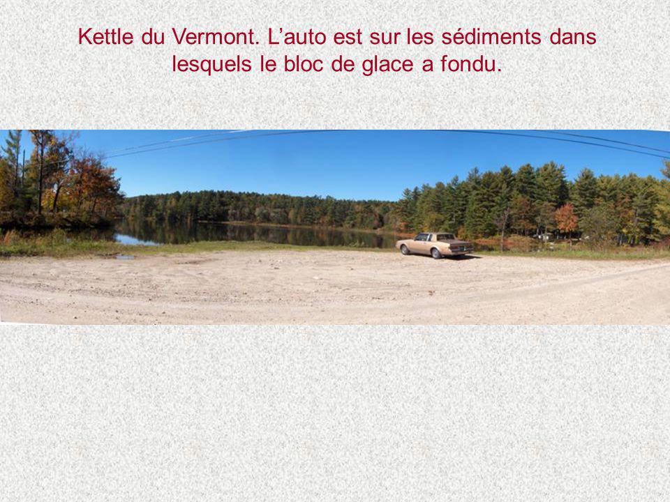 Kettle du Vermont. L'auto est sur les sédiments dans lesquels le bloc de glace a fondu.