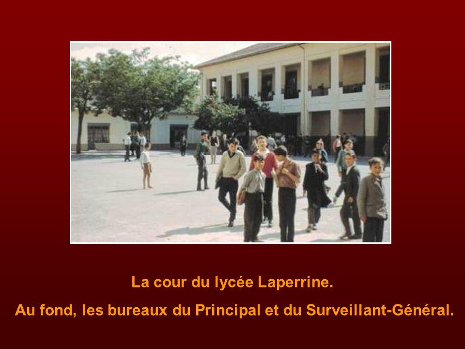 La cour du lycée Laperrine.