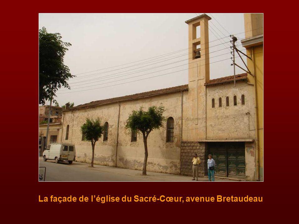 La façade de l'église du Sacré-Cœur, avenue Bretaudeau