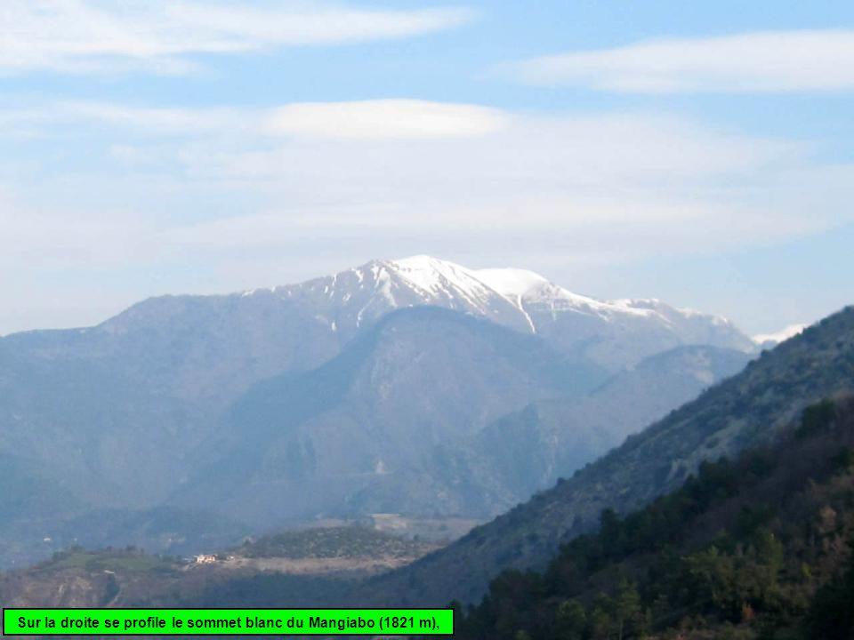 Sur la droite se profile le sommet blanc du Mangiabo (1821 m),