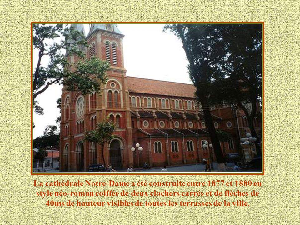 La cathédrale Notre-Dame a été construite entre 1877 et 1880 en style néo-roman coiffée de deux clochers carrés et de flèches de 40ms de hauteur visibles de toutes les terrasses de la ville.