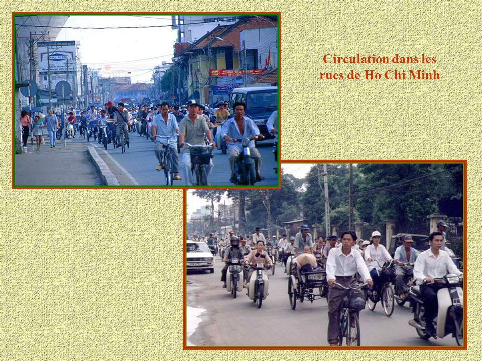 Circulation dans les rues de Ho Chi Minh
