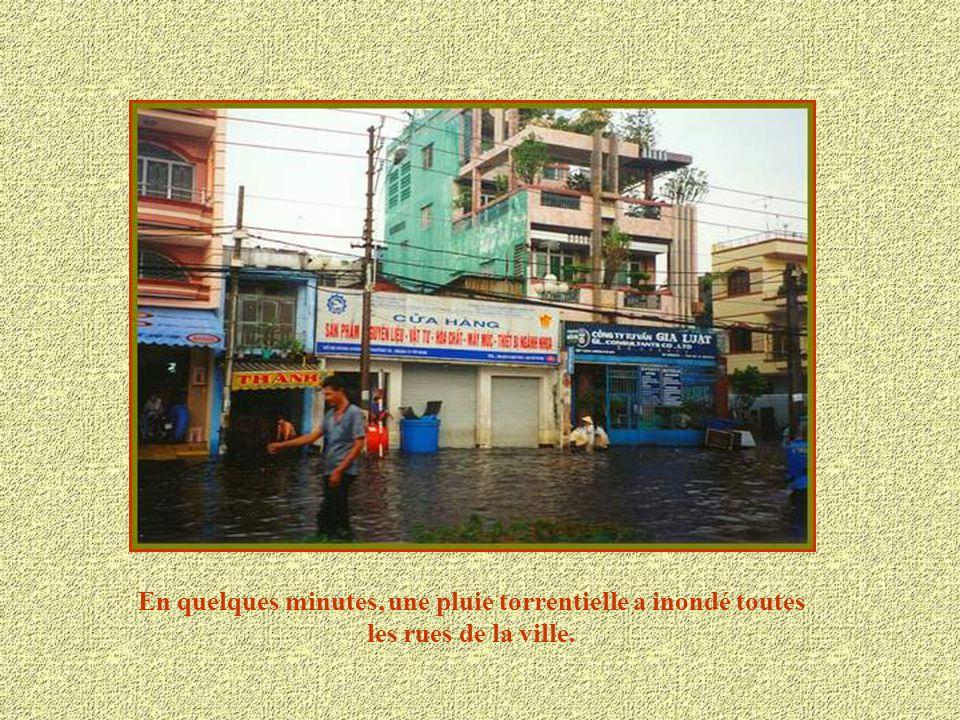 En quelques minutes, une pluie torrentielle a inondé toutes les rues de la ville.