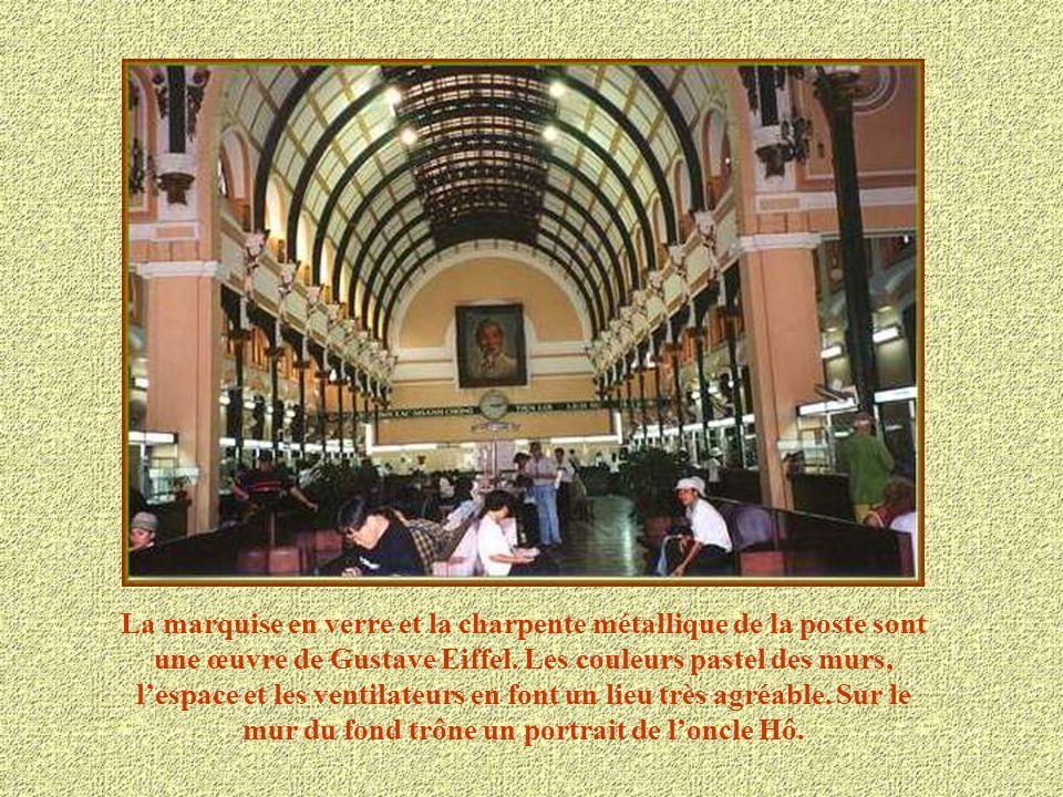 La marquise en verre et la charpente métallique de la poste sont une œuvre de Gustave Eiffel.