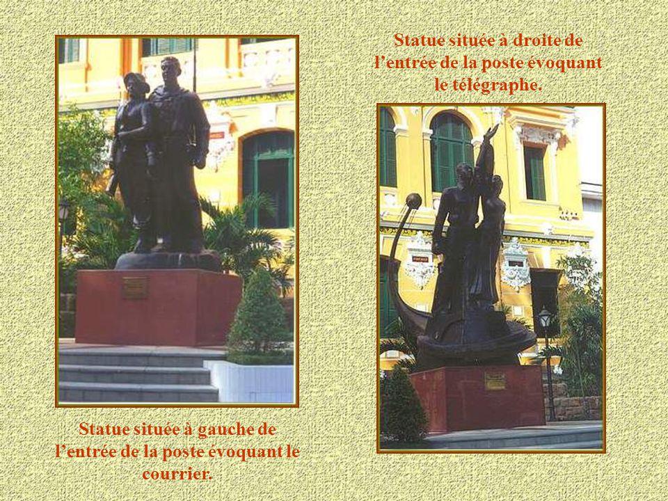 Statue située à droite de l'entrée de la poste évoquant le télégraphe.