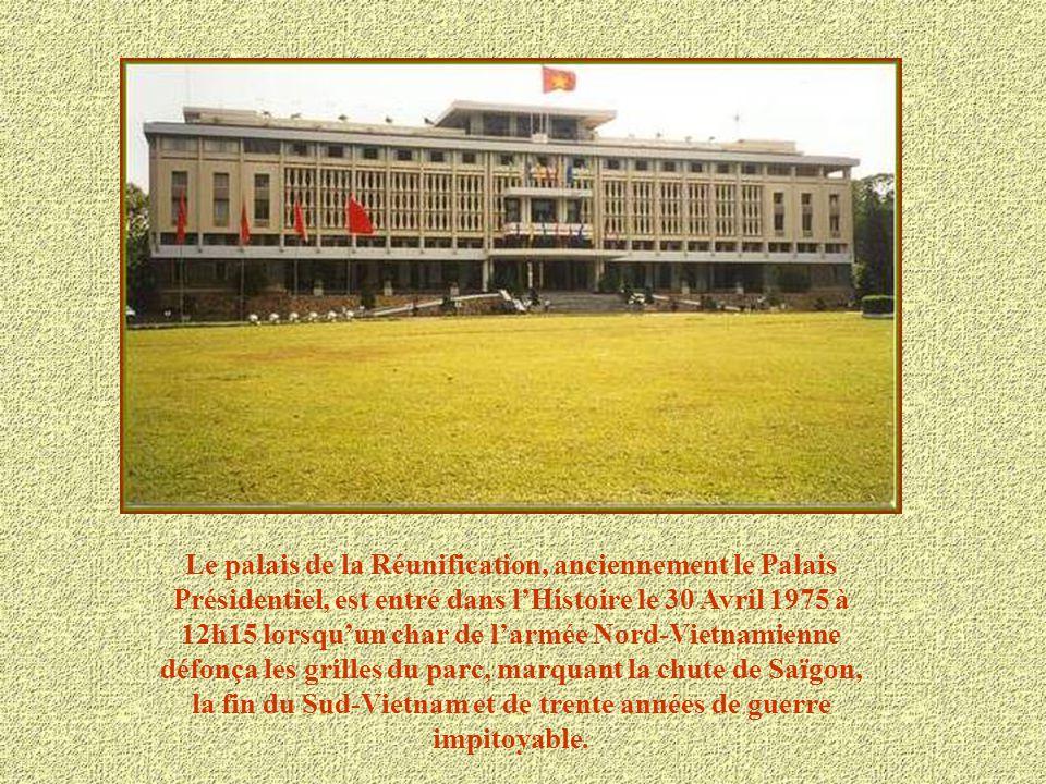 Le palais de la Réunification, anciennement le Palais Présidentiel, est entré dans l'Histoire le 30 Avril 1975 à 12h15 lorsqu'un char de l'armée Nord-Vietnamienne défonça les grilles du parc, marquant la chute de Saïgon, la fin du Sud-Vietnam et de trente années de guerre impitoyable.