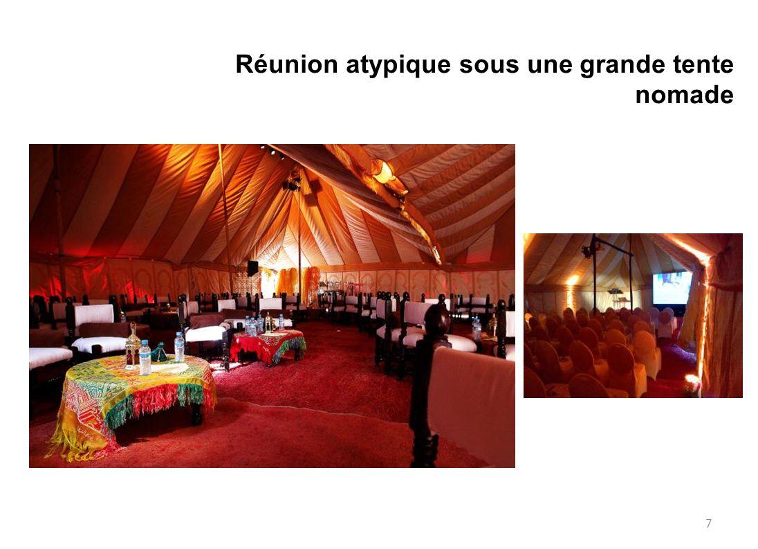 Réunion atypique sous une grande tente nomade