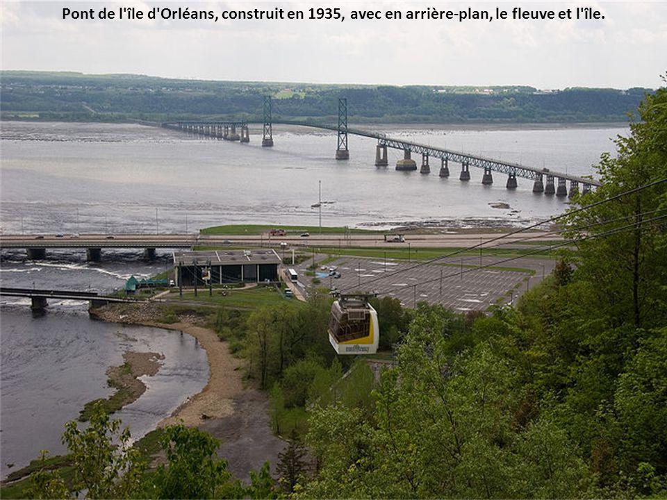 Pont de l île d Orléans, construit en 1935, avec en arrière-plan, le fleuve et l île.