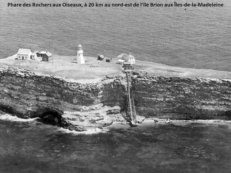 Phare des Rochers aux Oiseaux, à 20 km au nord-est de l île Brion aux Îles-de-la-Madeleine