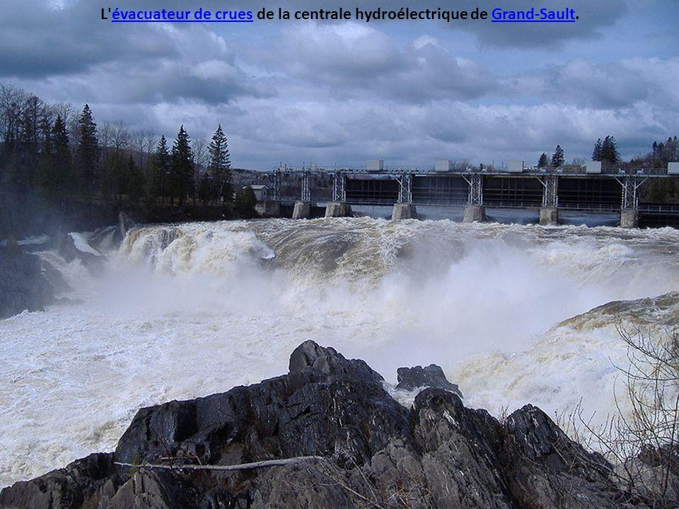 L évacuateur de crues de la centrale hydroélectrique de Grand-Sault.