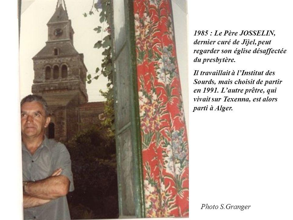 1985 : Le Père JOSSELIN, dernier curé de Jijel, peut regarder son église désaffectée du presbytère.