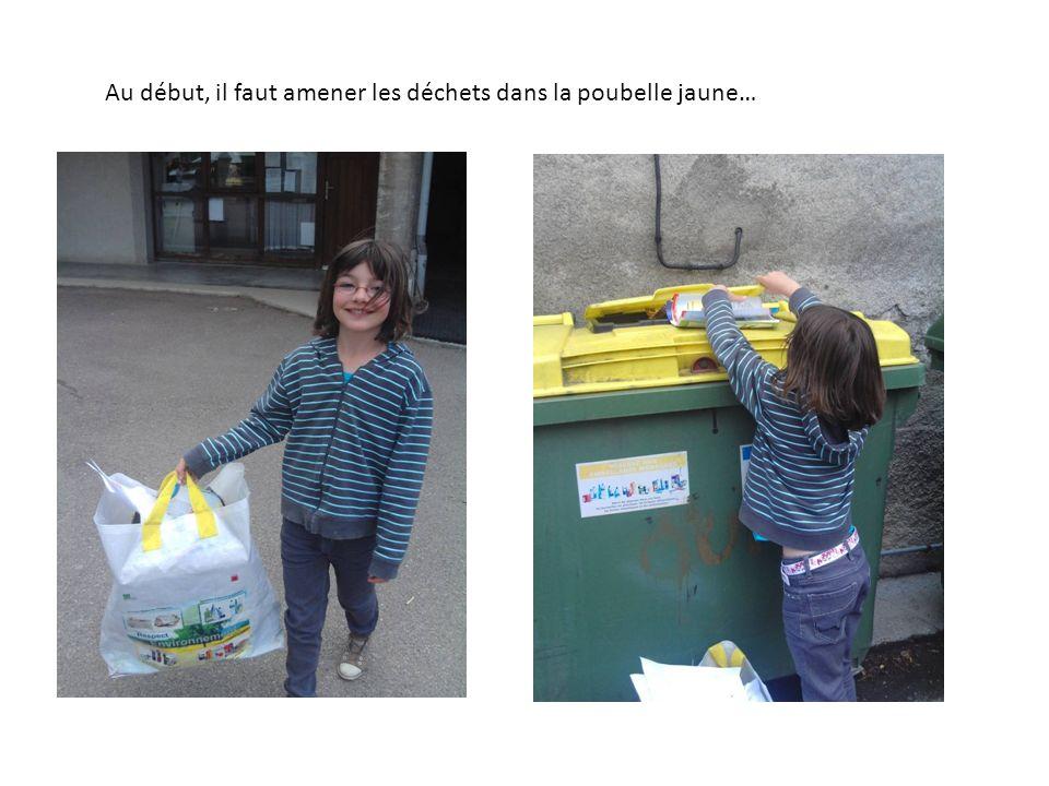 Au début, il faut amener les déchets dans la poubelle jaune…