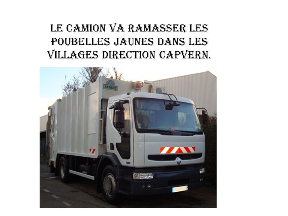 Le camion va ramasser les poubelles jaunes dans les villages direction Capvern.