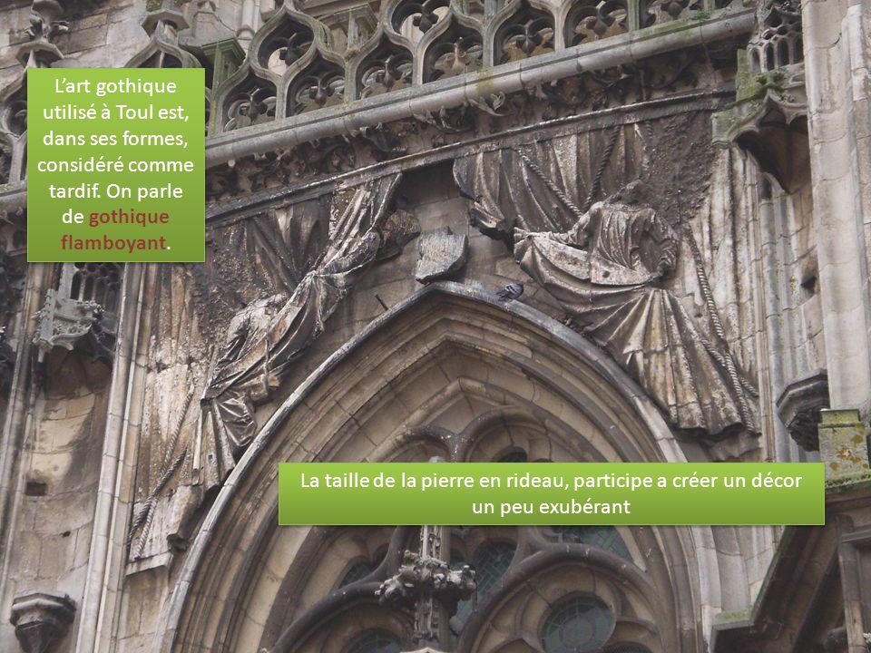 L'art gothique utilisé à Toul est, dans ses formes, considéré comme tardif. On parle de gothique flamboyant.