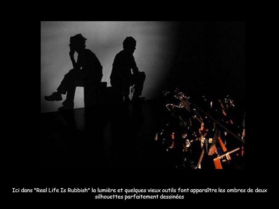 Ici dans Real Life Is Rubbish la lumière et quelques vieux outils font apparaître les ombres de deux silhouettes parfaitement dessinées