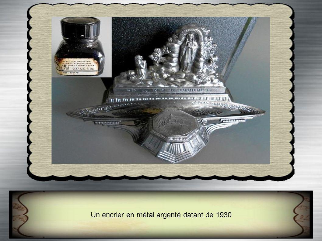 Un encrier en métal argenté datant de 1930