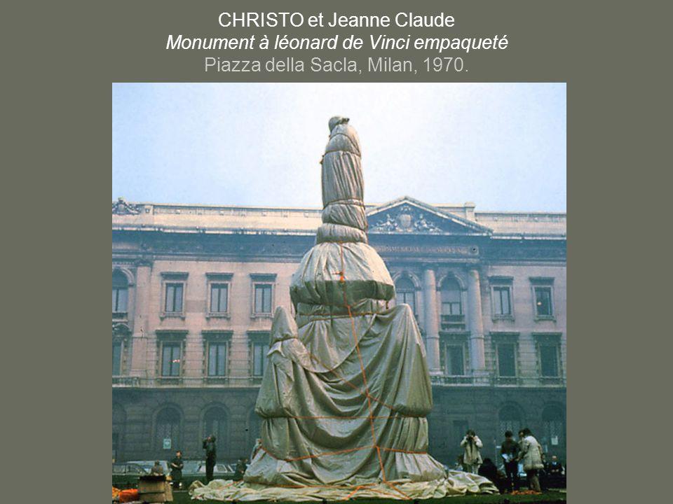 CHRISTO et Jeanne Claude Monument à léonard de Vinci empaqueté Piazza della Sacla, Milan, 1970.