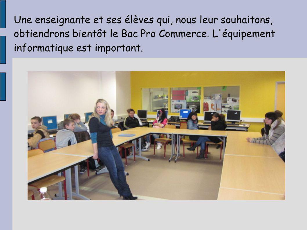 Une enseignante et ses élèves qui, nous leur souhaitons, obtiendrons bientôt le Bac Pro Commerce.