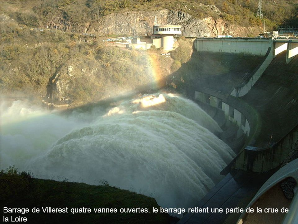Barrage de Villerest quatre vannes ouvertes
