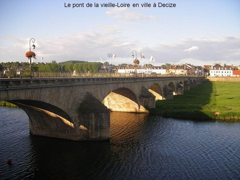 Le pont de la vieille-Loire en ville à Decize