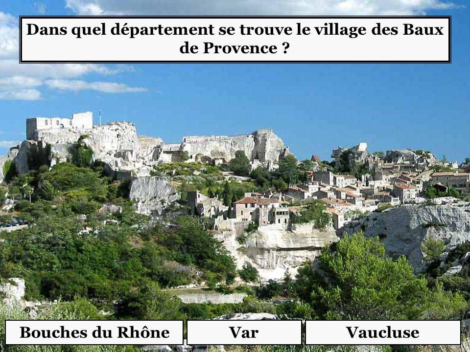 Dans quel département se trouve le village des Baux de Provence