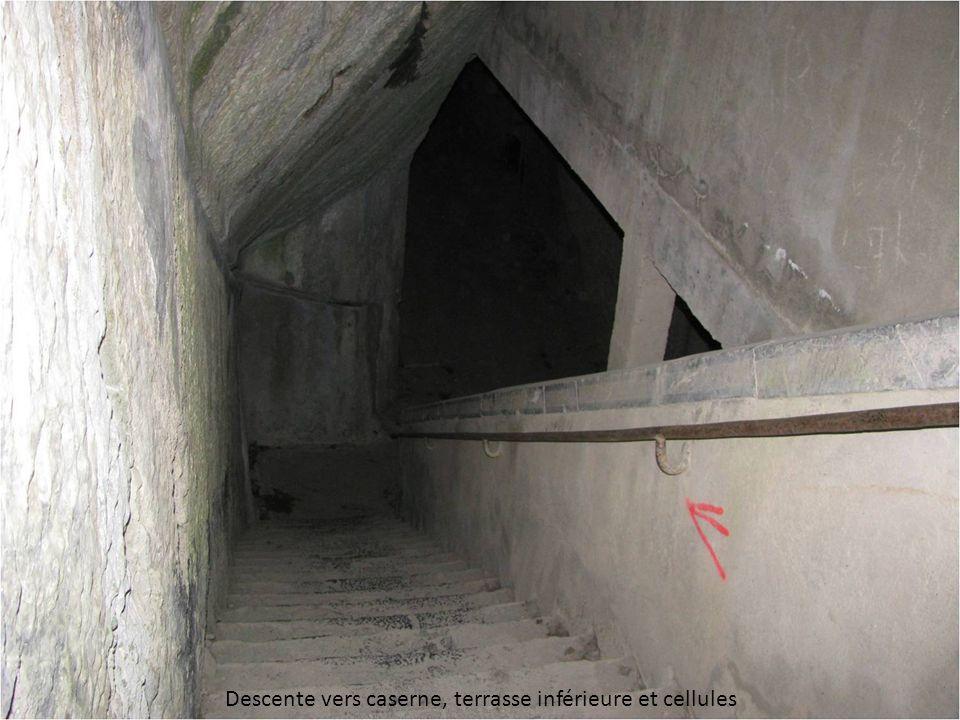 Descente vers caserne, terrasse inférieure et cellules