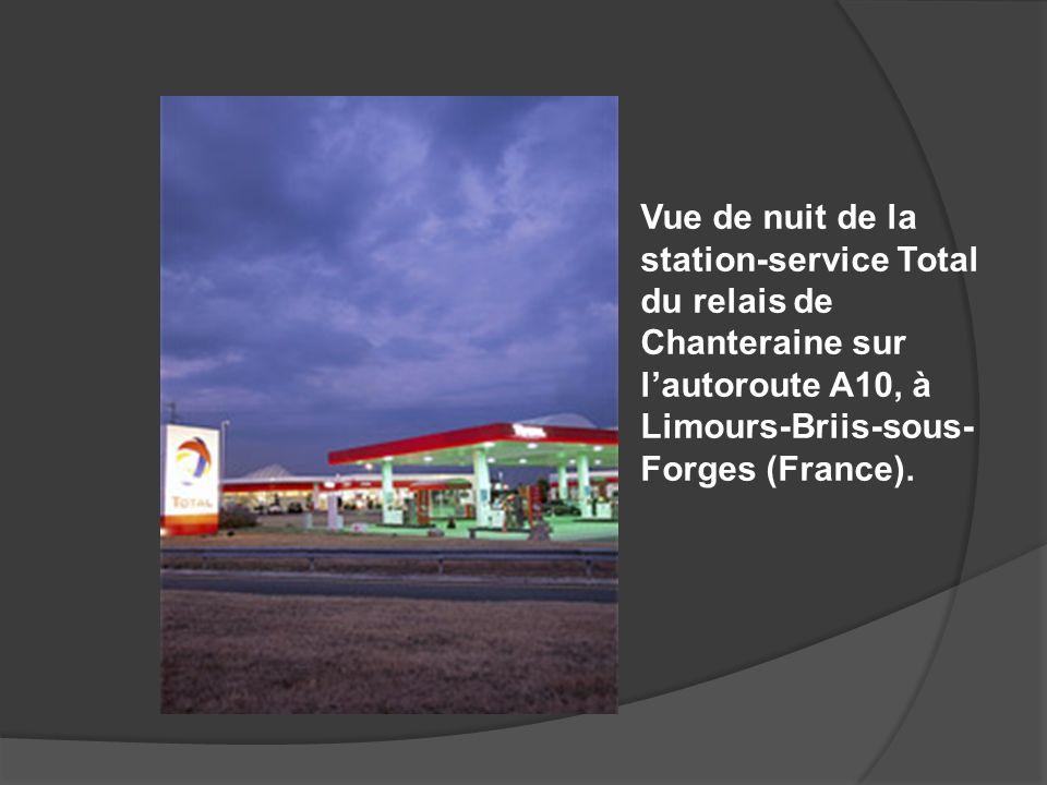 Vue de nuit de la station-service Total du relais de Chanteraine sur l'autoroute A10, à Limours-Briis-sous-Forges (France).