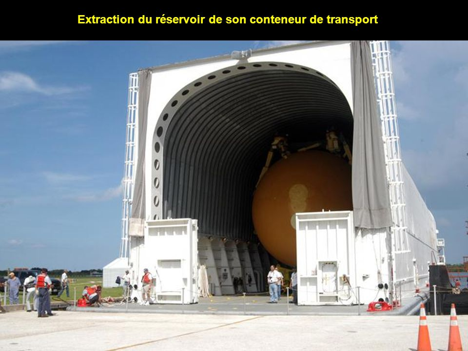Extraction du réservoir de son conteneur de transport