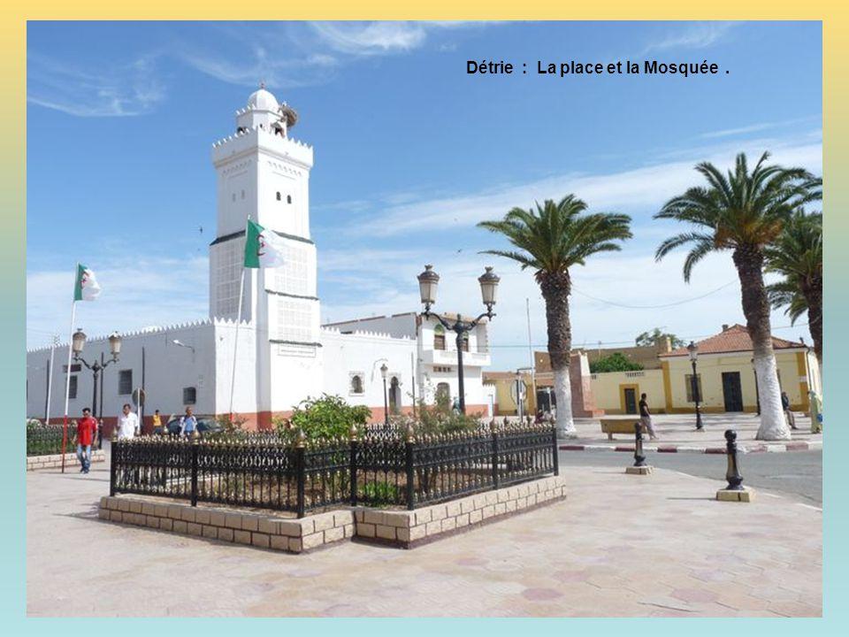 Détrie : La place et la Mosquée .