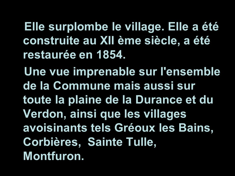 Elle surplombe le village