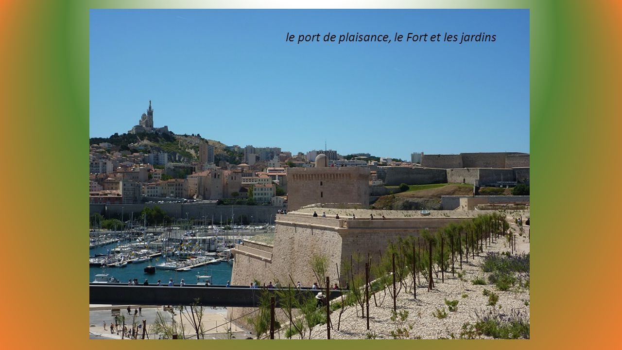 le port de plaisance, le Fort et les jardins