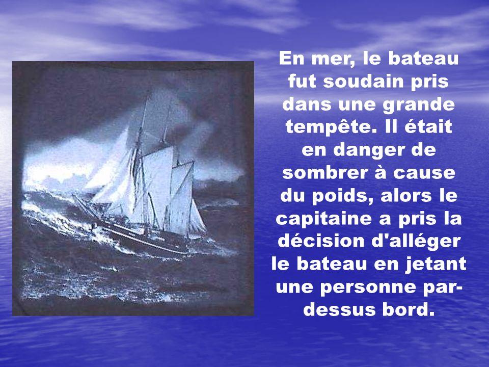 En mer, le bateau fut soudain pris dans une grande tempête