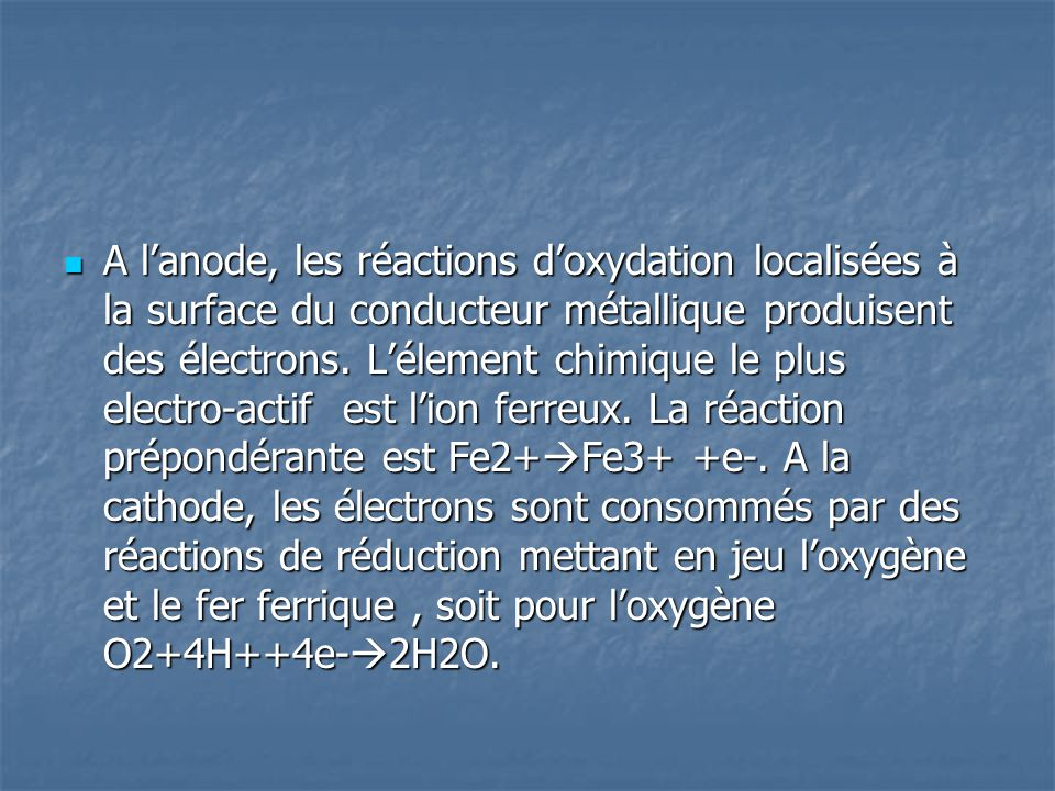 A l'anode, les réactions d'oxydation localisées à la surface du conducteur métallique produisent des électrons.