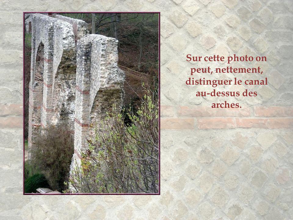 Sur cette photo on peut, nettement, distinguer le canal au-dessus des arches.