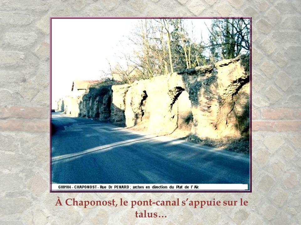 À Chaponost, le pont-canal s'appuie sur le talus…
